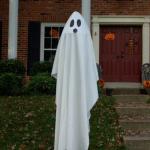 Easy DIY Ghost Yard Decoration Hides Lamp Post