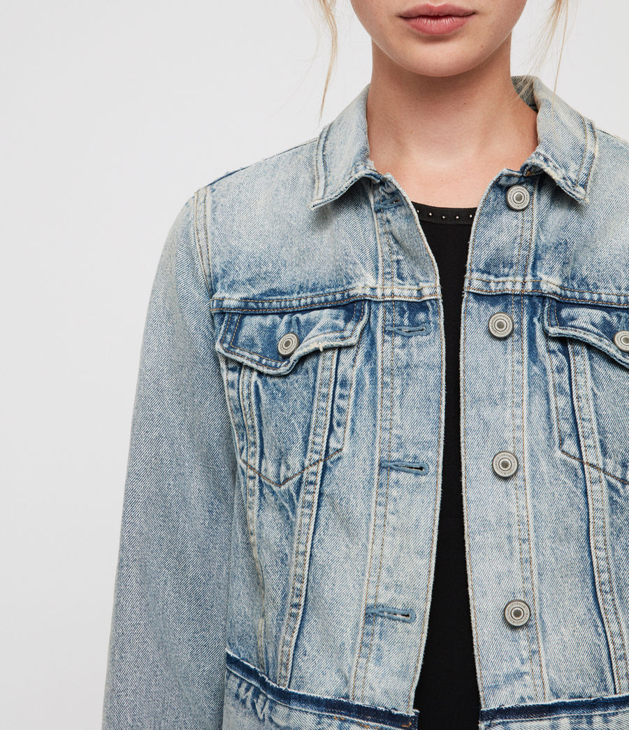This fall fashion trends jean jacket is perfect for the wardrobe.