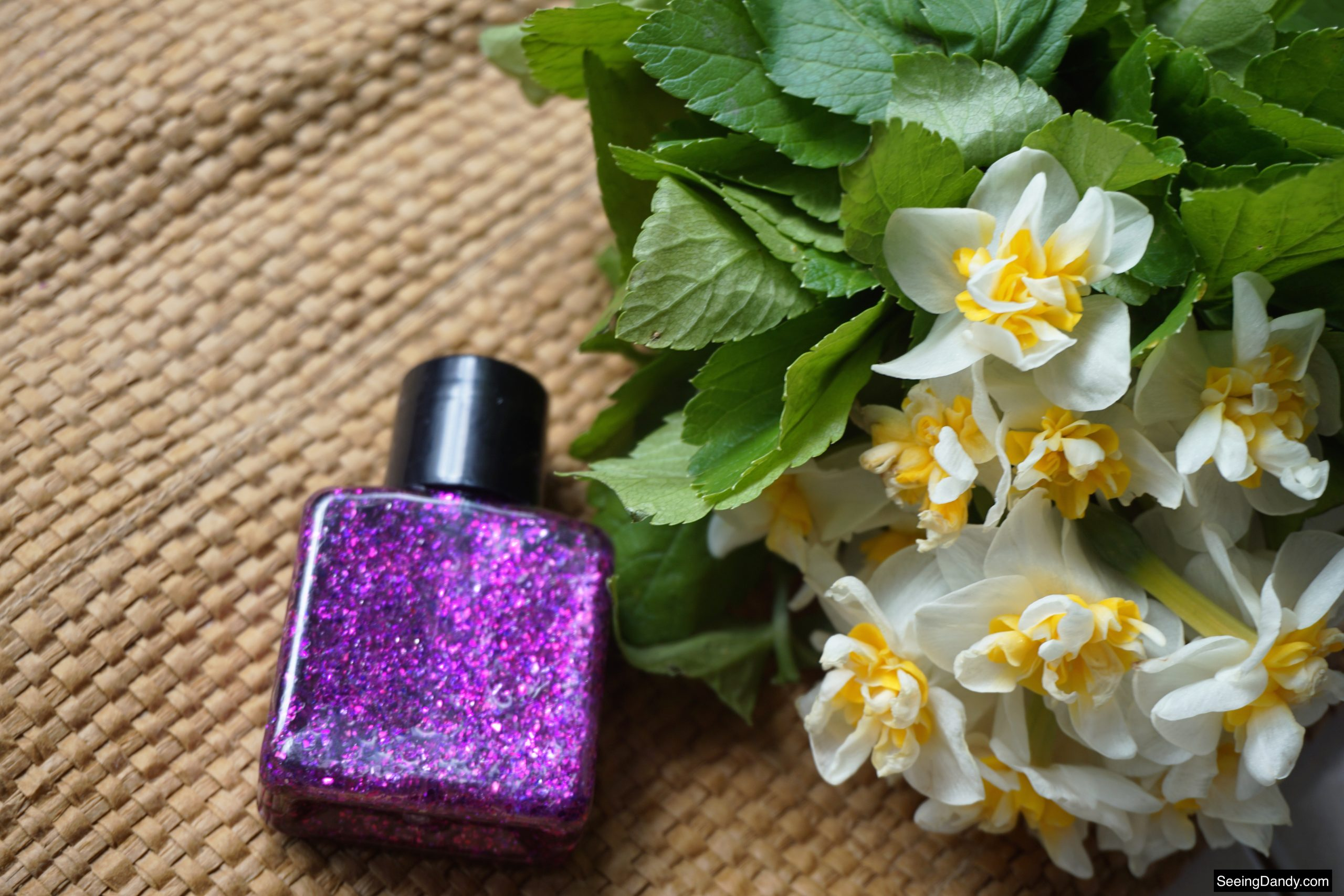 homemade aloe vera glitter gel recipe, easy recipes, beauty recipe, makeup recipe, diy body glitter, kids makeup, kids body glitter, jute rug, white yellow flowers, spring flowers, purple body glitter, eye shadow container, clear squeeze bottle